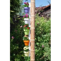 Support pour 5 pots d'argile fixée sur un bamboo au fond du jardin
